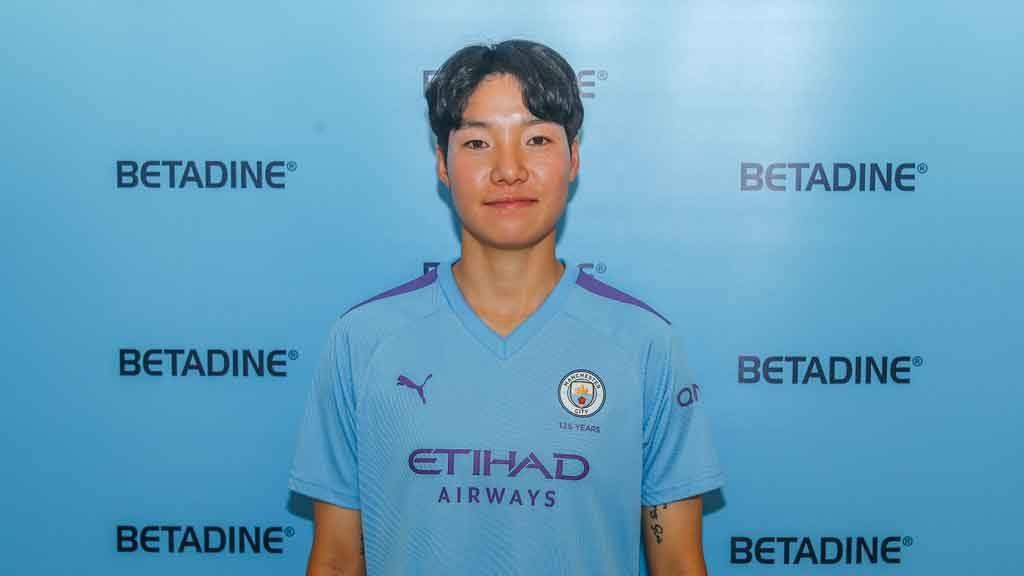 Lee Geum-min wearing Manchester City shirt