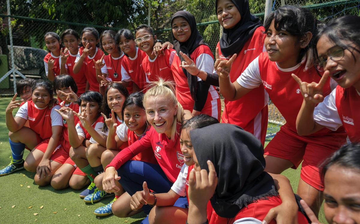 Leah Williamson visits Coach of Life programme