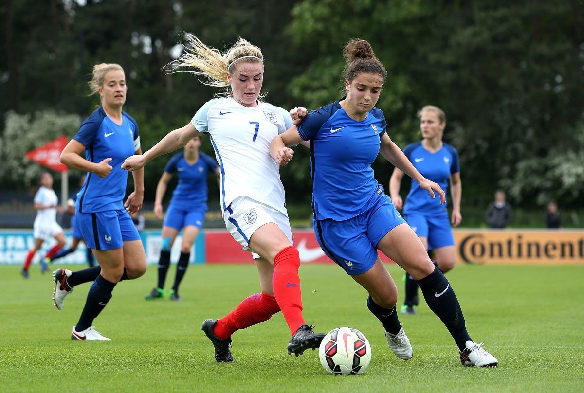 Emma Kelly playing for England U-19s