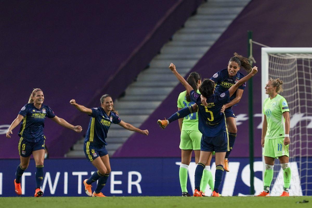 Lyon celebrate Saki Kumagai's goal