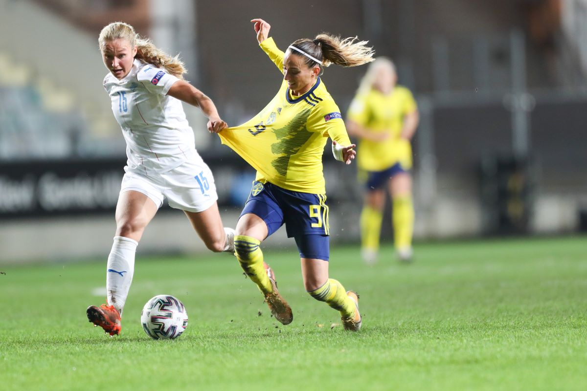 Battle between Alexandra Johannsdottir (#15) and Kosovare Asslani (#9) during the WEURO22 qualifier match between Sweden and Iceland at Gamla Ullevi in Gothenburg Mia Eriksson/SPP Read less Picture by: Mia Eriksson/SPP/Sports Press/PA Images