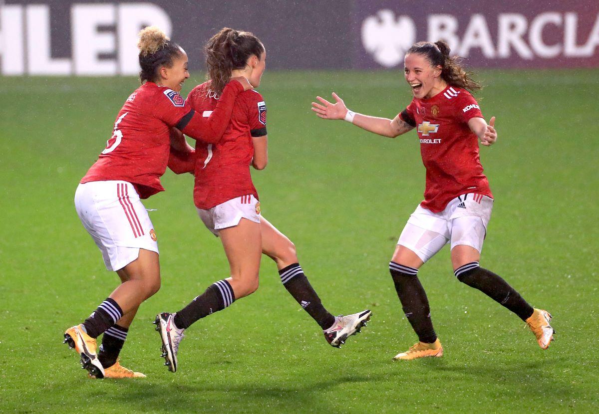 Man Utd players celebrate their goal