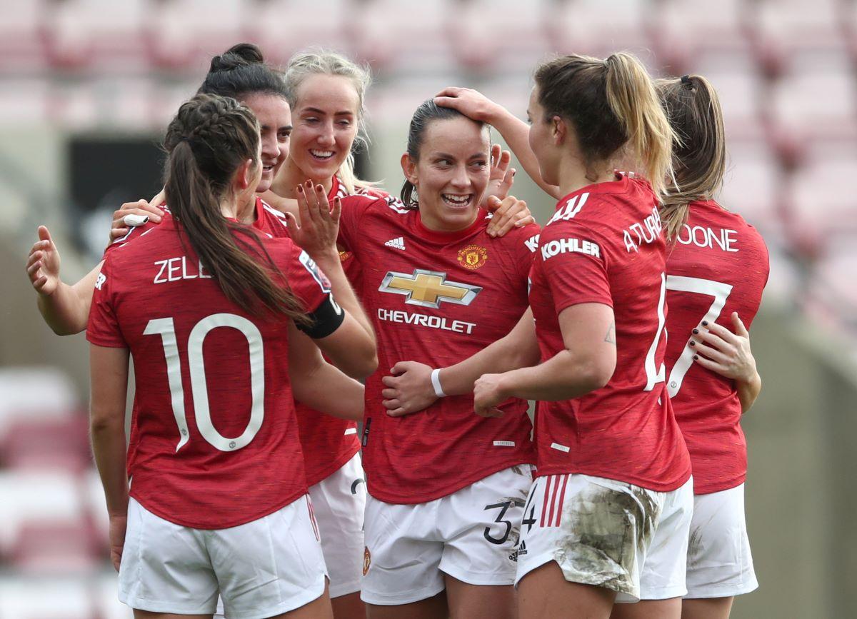 Man Utd players congratulate Jess Sigsworth on her goal