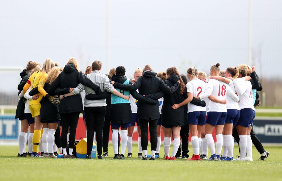 England U-19s in a huddle