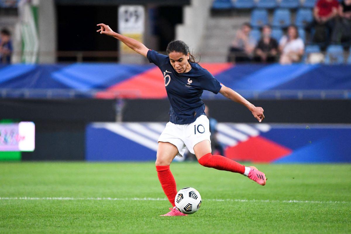 El penalti tardío de Amel Majri dio la victoria a Francia