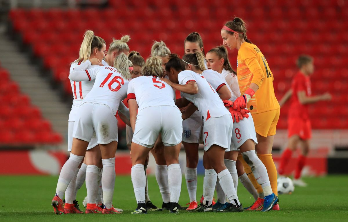 England players in a huddle